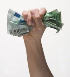 Mano sujetando un puñado de billetes de cien euros, fajo, dinero, riqueza.