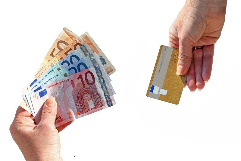 Tarjetas de débito o dinero en efectivo: ¿qué me conviene ...