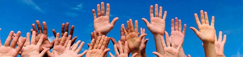manos de un grupo de jovenes alzadas hacia el cielo contentos por haber conseguido prestamos online rapidos de manera facil y sencilla