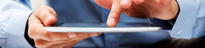 dedo de una persona sobre una tablet solicitando prestamos online de manera rapida y comoda a traves de internet
