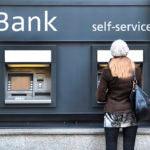 Sacar dinero de tu tarjeta de débito tiene sus riesgos: así es como puedes evitarlos