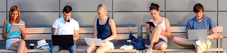 grupo de jovenes con tablets pidiendo dinero rapido a traves de internet