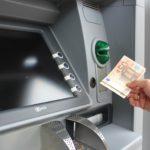 ¿Qué bancos me permiten sacar dinero sin comisiones en más cajeros?