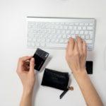 Tarjeta prepago vs. débito, ¿cuál usar para pagar por Internet?