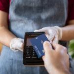 ¿Sabes por qué tu banco quiere que uses tu tarjeta de crédito en lugar de la de débito?