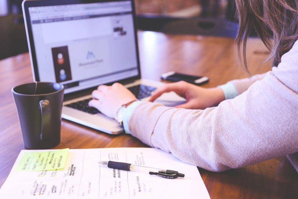 Una persona consultando en un ordenador sobre planes de pensiones
