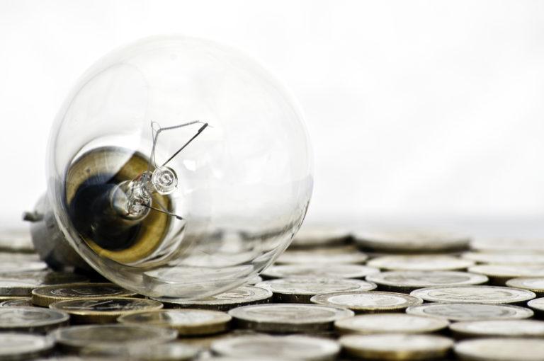 Dinero de planes de pensiones y una bombilla